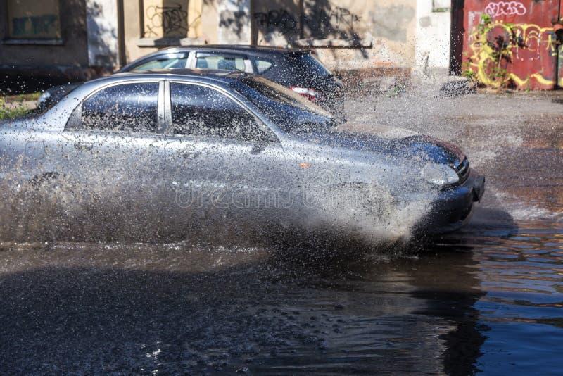 Τον Ιούλιο του 2018 της Οδησσός, Ουκρανία -3: Οδηγώντας αυτοκίνητα σε έναν πλημμυρισμένο δρόμο κατά τη διάρκεια των πλημμυρών που στοκ εικόνες
