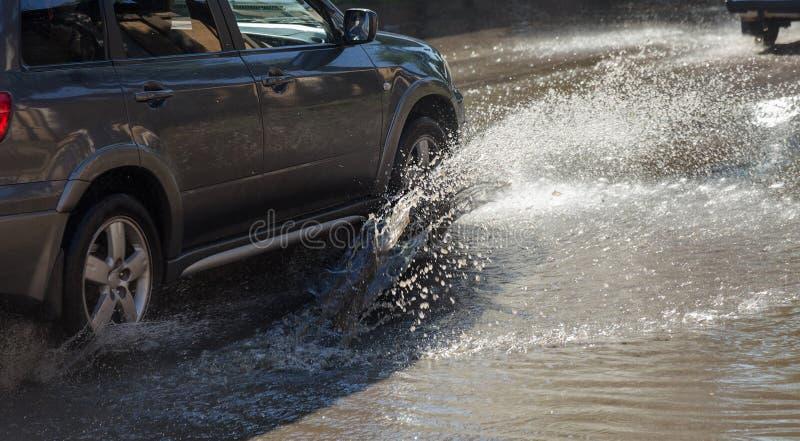 Τον Ιούλιο του 2018 της Οδησσός, Ουκρανία -3: Οδηγώντας αυτοκίνητα σε έναν πλημμυρισμένο δρόμο κατά τη διάρκεια των πλημμυρών που στοκ φωτογραφίες με δικαίωμα ελεύθερης χρήσης