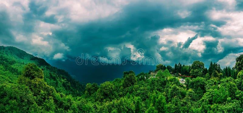 Τον Ιούλιο του 2018, Sikkim, Ινδία: Μια πανοραμική άποψη της himalayan σειράς βουνών από το σημείο άποψης hanumantok κατά τη διάρ στοκ φωτογραφία