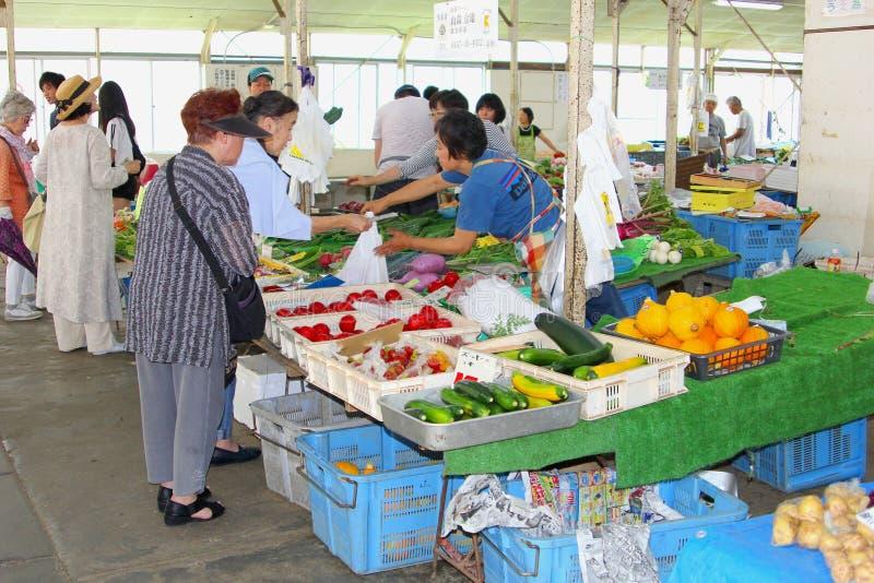 Τον Ιούνιο του 2018, οι ιαπωνικές γυναίκες αγοράζουν τη στάση αγοράς λαχανικών φρούτων, Kamakura, Ιαπωνία στοκ εικόνα