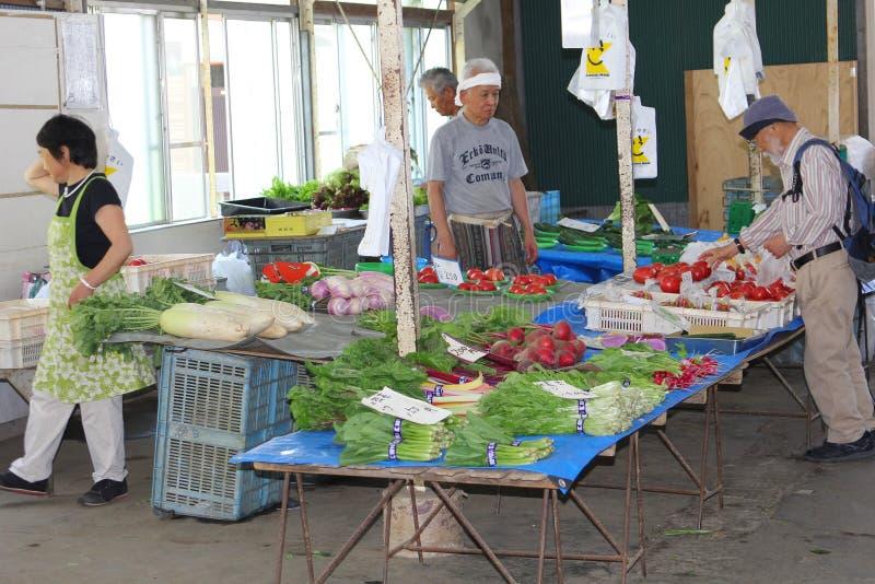 Τον Ιούνιο του 2018, το ηλικιωμένο άτομο αγοράζει την αγορά φρέσκων λαχανικών, Kamakura, Ιαπωνία στοκ φωτογραφία με δικαίωμα ελεύθερης χρήσης
