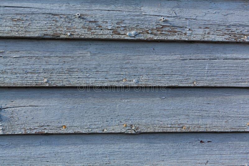 Τον μπλε χρωματισμένο ξύλινο τοίχο που ξεπερνιέται ξεφλουδίζοντας από τα έτη στοκ φωτογραφίες με δικαίωμα ελεύθερης χρήσης