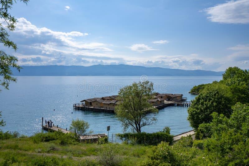 Τοπία και βάρκα της Οχρίδας λιμνών που πλένονται στην παραλία στοκ εικόνα με δικαίωμα ελεύθερης χρήσης
