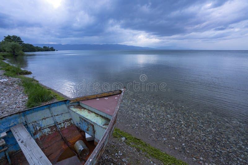 Τοπία και βάρκα της Οχρίδας λιμνών που πλένονται στην παραλία στοκ φωτογραφία με δικαίωμα ελεύθερης χρήσης