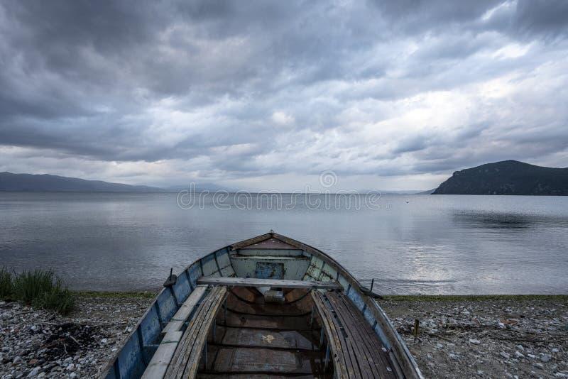 Τοπία και βάρκα της Οχρίδας λιμνών που πλένονται στην παραλία στοκ φωτογραφίες με δικαίωμα ελεύθερης χρήσης