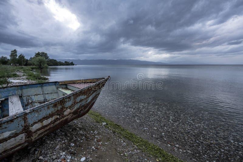 Τοπία και βάρκα της Οχρίδας λιμνών που πλένονται στην παραλία στοκ εικόνες