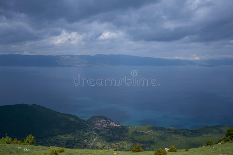 Τοπία και βάρκα της Οχρίδας λιμνών που πλένονται στην παραλία στοκ φωτογραφίες