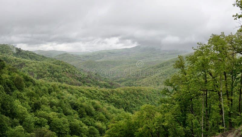 Τοπίο άνοιξη με τα πράσινα βουνά Καύκασου στοκ φωτογραφίες με δικαίωμα ελεύθερης χρήσης