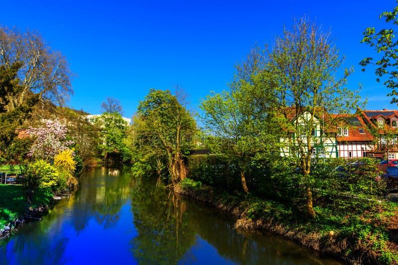 Τοπίο άνοιξη με τον ποταμό σε Gelnhausen, Γερμανία στοκ εικόνα