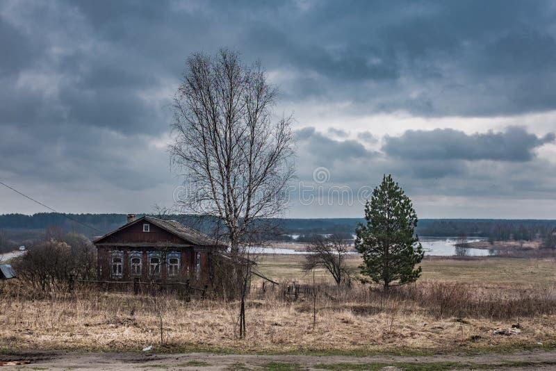 Τοπίο άνοιξη στο χωριό της Ρωσίας, με τα ξύλινα σπίτια και τα δέντρα στοκ φωτογραφίες με δικαίωμα ελεύθερης χρήσης