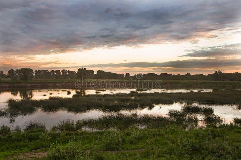 τοπίο αγροτικό Ηλιοβασίλεμα πέρα από τον ποταμό Belaya στοκ εικόνα με δικαίωμα ελεύθερης χρήσης