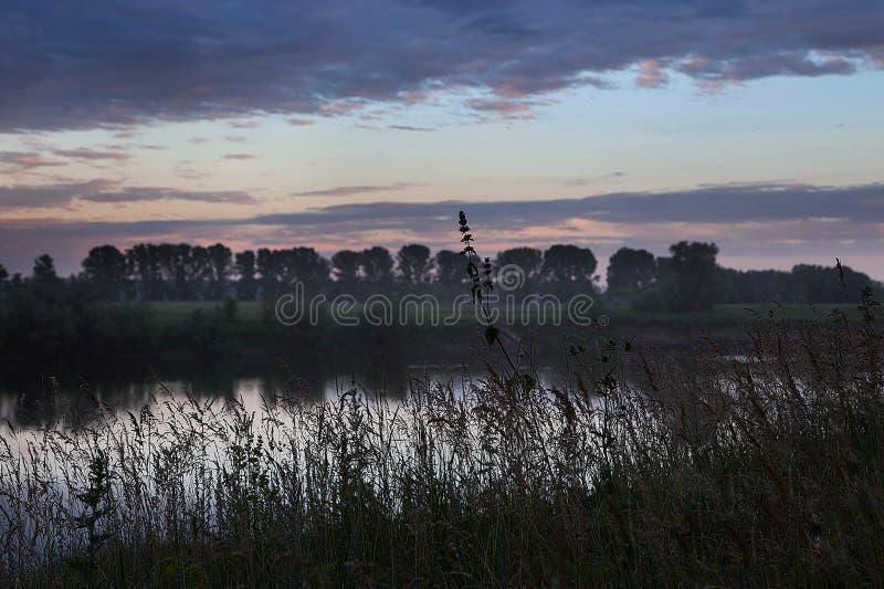 τοπίο αγροτικό Ηλιοβασίλεμα πέρα από τον ποταμό Belaya στοκ φωτογραφίες με δικαίωμα ελεύθερης χρήσης