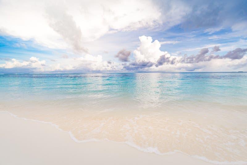 Τοπίο ακτών Κύματα ηρεμίας που ξεπηδούν σε λευκή άμμο, συννεφιασμένος ουρανός πάνω από την εποχική κάπα Όμορφη τροπική θάλασσα ακ στοκ φωτογραφία