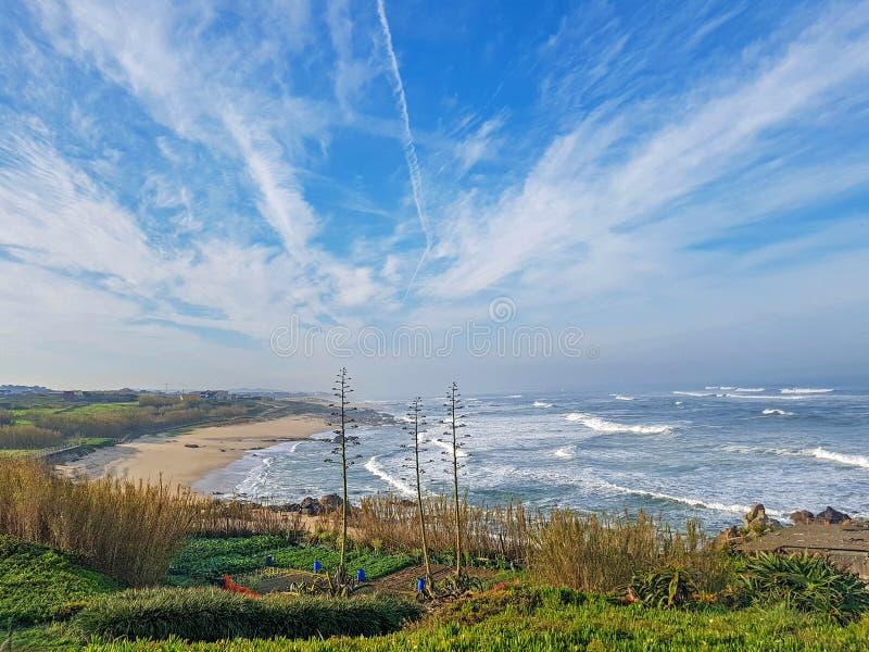 Τοπίο ακτών του Ατλαντικού Ωκεανού κατά μήκος του Camino de Σαντιάγο πορτογαλικά ή τρόπος Αγίου James στην Πορτογαλία, Ευρώπη στοκ εικόνα με δικαίωμα ελεύθερης χρήσης