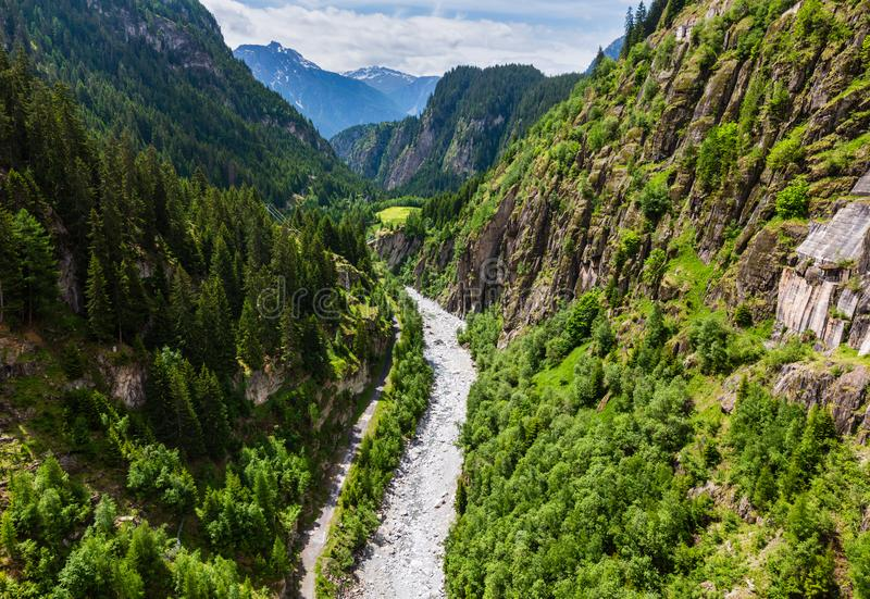 Τοπίο βουνών θερινών Άλπεων με τον ποταμό στο βαθύ φαράγγι, Ελβετία στοκ φωτογραφία με δικαίωμα ελεύθερης χρήσης