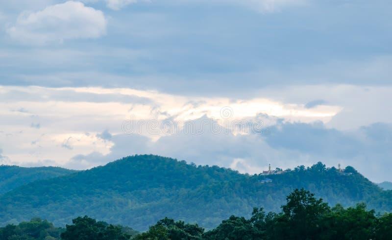 τοπίο βουνών και εικόνα του Βούδα στην κορυφή στοκ φωτογραφία με δικαίωμα ελεύθερης χρήσης