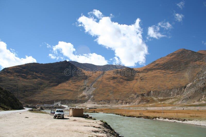 Τοπίο βουνών και ποταμών στο lhasa Θιβέτ στοκ εικόνα