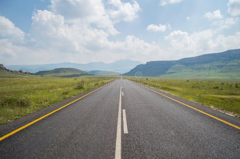Τοπίο βουνών με την εθνική οδό στο χρυσό Χάιλαντς πυλών στοκ φωτογραφίες