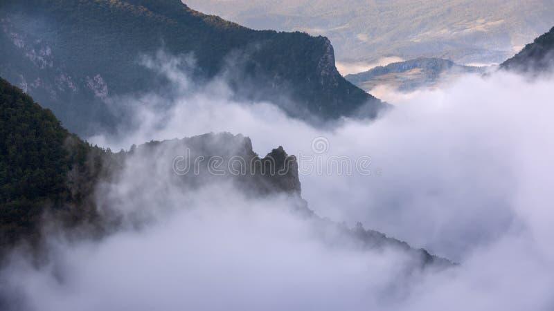 Τοπίο βουνών με την πυκνή ομίχλη στην κίνηση στοκ εικόνες