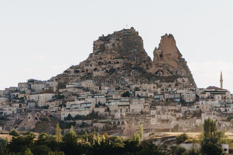 τοπίο βουνών με την πόλη, στοκ εικόνες