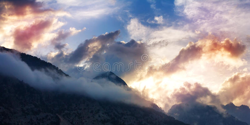 Τοπίο βουνών με τις κορυφές στα σύννεφα στοκ εικόνα