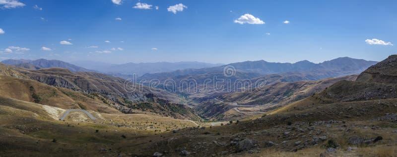 Τοπίο βουνών με τον ελικοειδή δρόμο Η άποψη από την κορυφή Va στοκ εικόνες με δικαίωμα ελεύθερης χρήσης