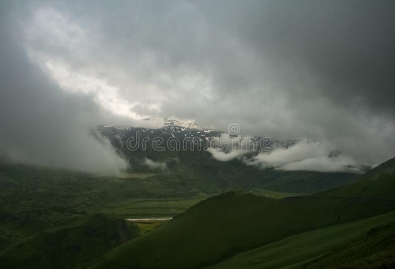 Τοπίο βουνών με το ίχνος και το πράσινα λιβάδι και το δάσος, Dolom στοκ εικόνες με δικαίωμα ελεύθερης χρήσης