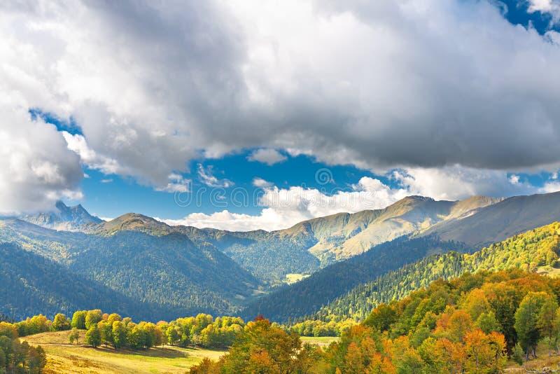 Τοπίο βουνών με το μπλε ουρανό και τα άσπρα σύννεφα στοκ εικόνα