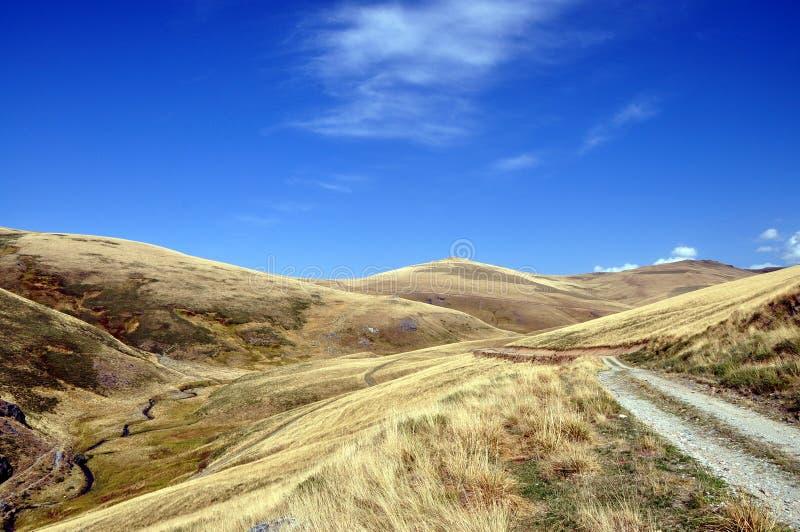 Τοπίο βουνών προς το τέλος του καλοκαιριού στοκ εικόνες