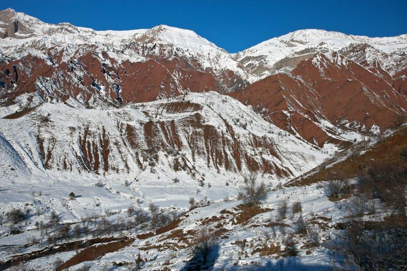 Τοπίο βουνών στην κοιλάδα Sarikhosor μετά από το snowfal στοκ εικόνες