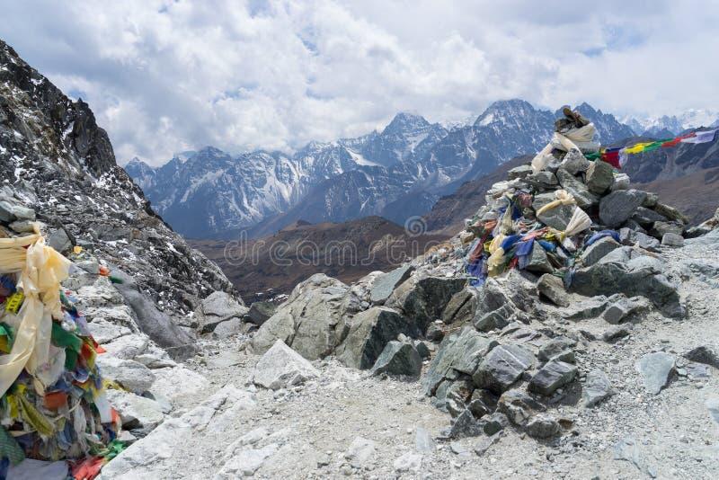Τοπίο βουνών του Ιμαλαίαυ από την κορυφή του περάσματος Chola, regi Everest στοκ φωτογραφίες