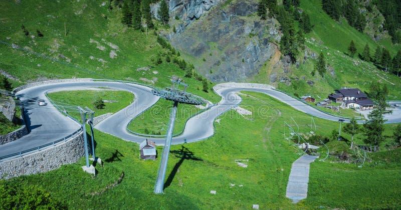 Τοπίο βουνών το καλοκαίρι σε Trentino Alto Adige Άποψη από Passo Rolle, ιταλικοί δολομίτες, Trento, Ιταλία Δρόμος βουνών - serp στοκ φωτογραφία με δικαίωμα ελεύθερης χρήσης