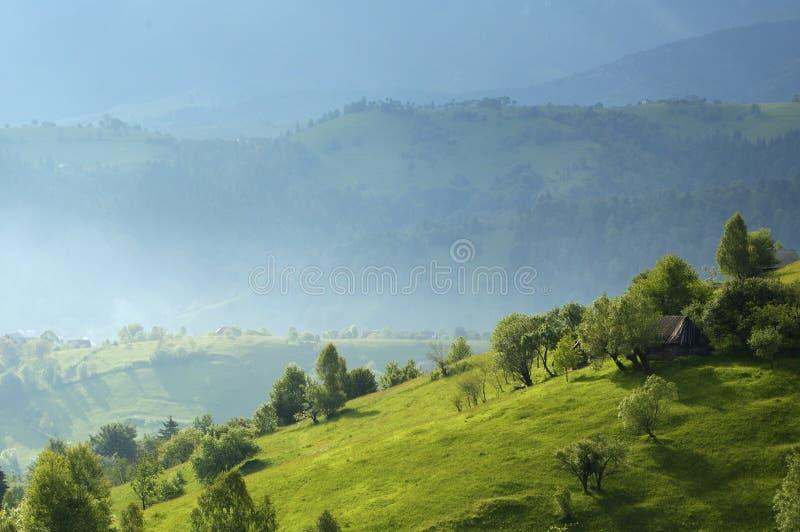 τοπίο βουνών χαραυγών στοκ φωτογραφίες