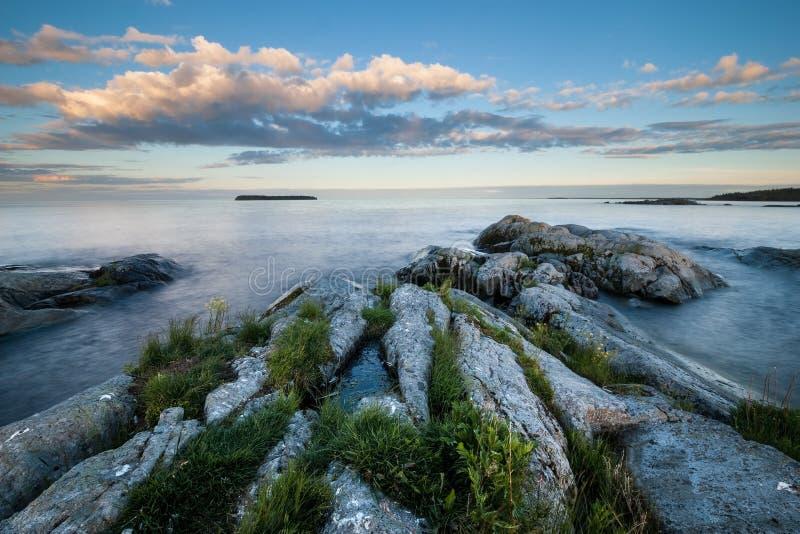 Τοπίο βραδιού της πετρώδους ακτής της λίμνης στοκ φωτογραφίες με δικαίωμα ελεύθερης χρήσης