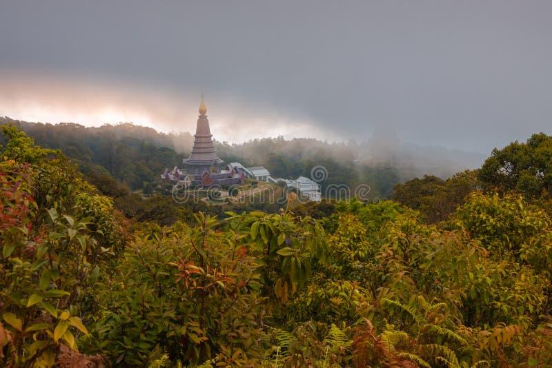 Τοπίο δύο παγόδα στο παν ίχνος φύσης Kew Mae, εθνικό πάρκο Doi Inthanon, mai Chiang, Ταϊλάνδη στοκ εικόνες