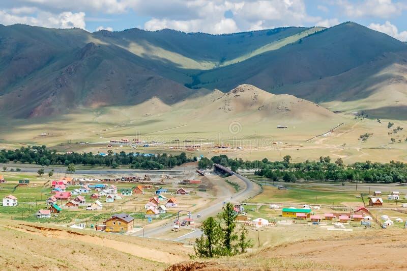 Τοπίο επαρχίας με τα ζωηρόχρωμα σπίτια στη Μογγολία στοκ εικόνες