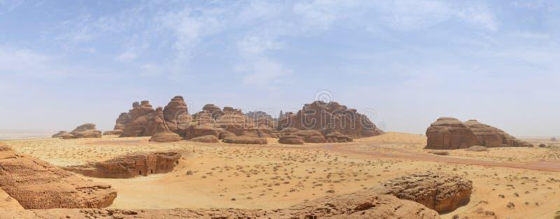 Τοπίο ερήμων, άμμος, βράχοι και πανόραμα βουνών στοκ εικόνα