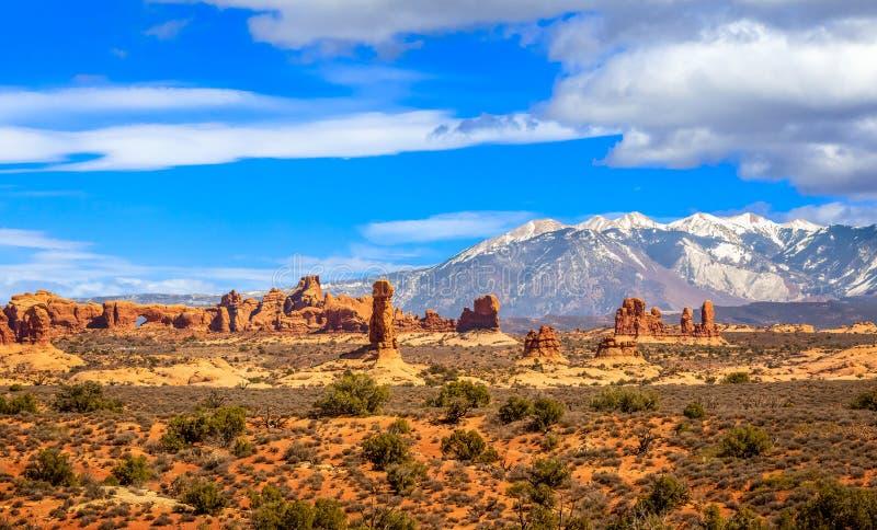 Τοπίο ερήμων με τα βουνά άλατος Λα και αψίδα παραθύρων στο εθνικό πάρκο αψίδων στοκ φωτογραφία