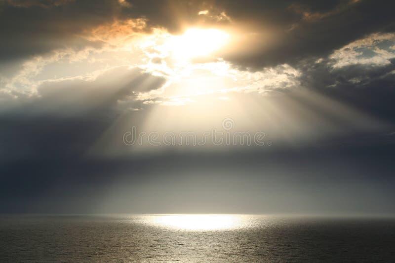 Τοπίο ηλιοβασιλέματος της θάλασσας και του ουρανού με τα σκοτεινά σύννεφα στοκ φωτογραφίες με δικαίωμα ελεύθερης χρήσης