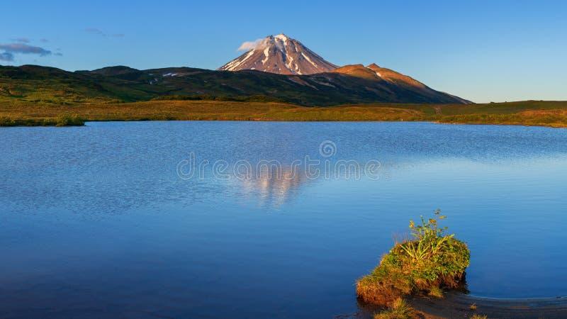 Τοπίο ηφαιστείων πανοράματος - αντανάκλαση των βουνών στην αλπική λίμνη στοκ εικόνες