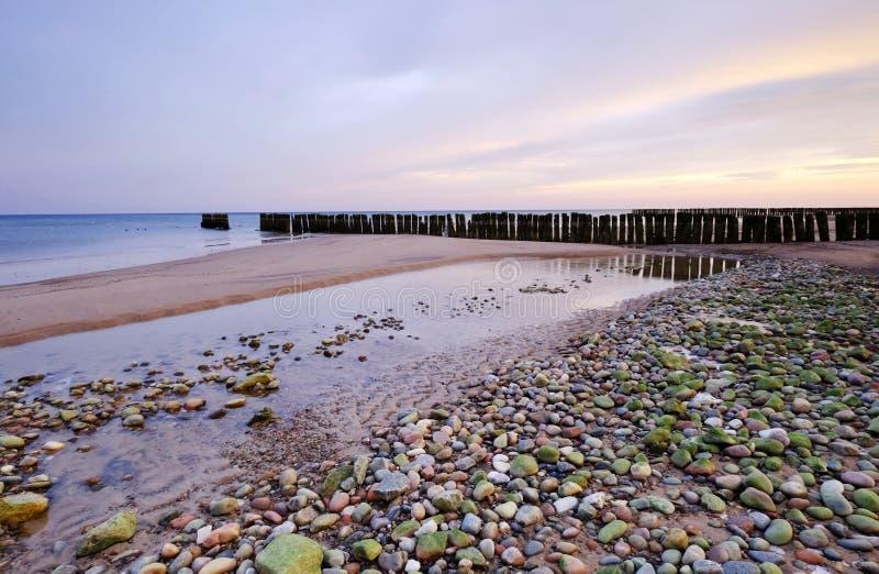 Τοπίο θάλασσας κατά τη διάρκεια της ανατολής, βαλτική ακτή, Kolobrzeg, Πολωνία στοκ φωτογραφία