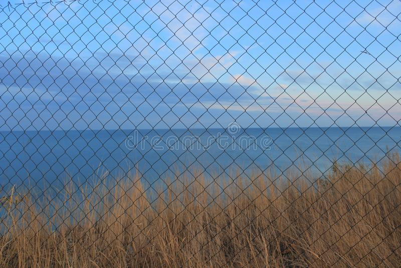 Τοπίο θάλασσας πίσω από το πλέγμα στοκ φωτογραφίες με δικαίωμα ελεύθερης χρήσης