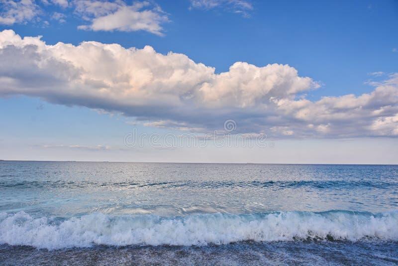 Τοπίο θάλασσας με το μπλε ουρανό και τα σύννεφα στοκ εικόνα