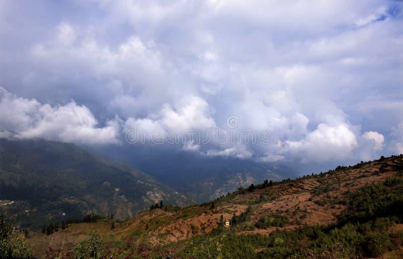 Τοπίο θέας βουνού με τα άσπρα σύννεφα στοκ εικόνα με δικαίωμα ελεύθερης χρήσης