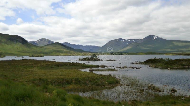 Τοπίο λιμνών βουνών κατά μήκος A82 στη Σκωτία στοκ εικόνα με δικαίωμα ελεύθερης χρήσης