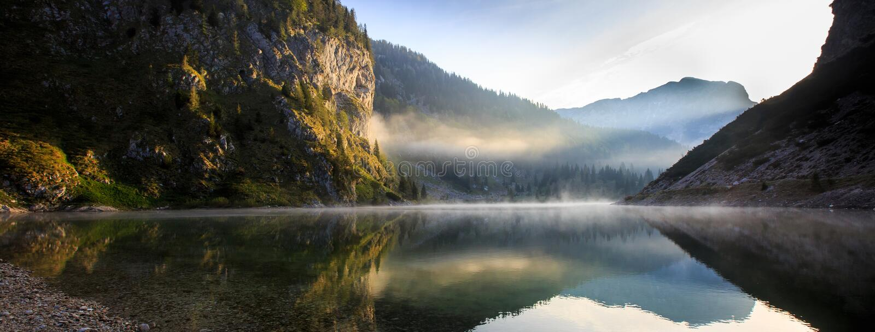 Τοπίο λιμνών βουνών με τον ήλιο που λάμπει στη δύσκολη κλίση στοκ εικόνες