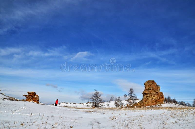 Τοπίο κοιλάδων χιονιού χειμερινών βουνών Φωτεινός υψηλός ήλιος επάνω από το πανόραμα κοιλάδων βουνών χειμερινού χιονιού Τοπίο της στοκ φωτογραφία με δικαίωμα ελεύθερης χρήσης