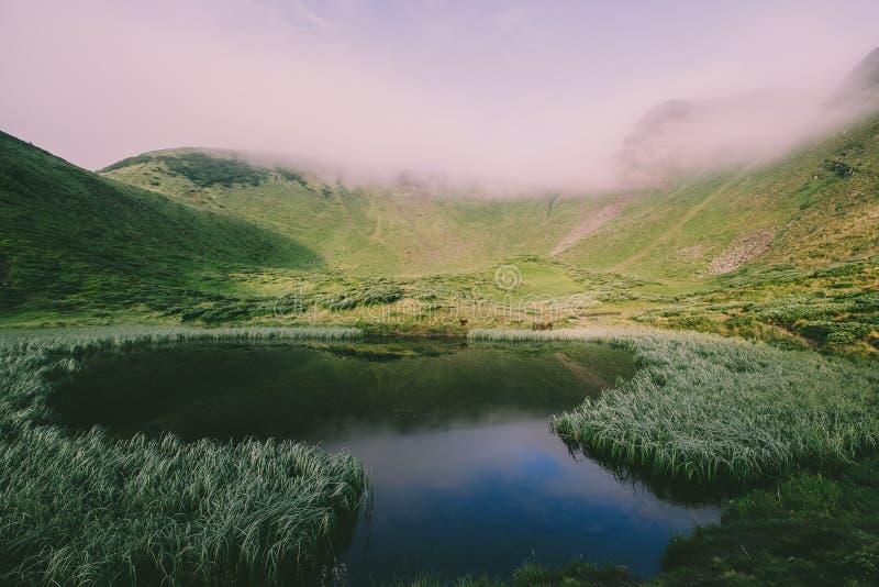 Τοπίο λιμνών βουνών πανοράματος στο ηλιοβασίλεμα στοκ εικόνες