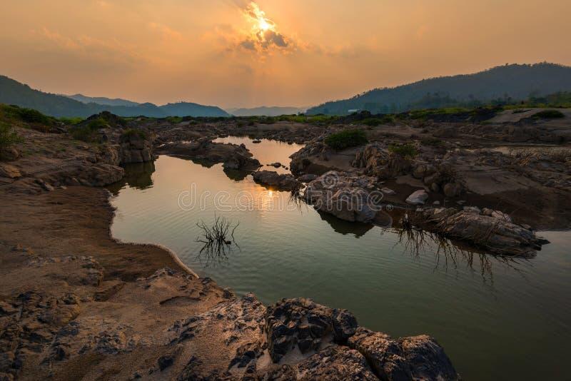 Τοπίο με έναν ποταμό βουνών στοκ εικόνα με δικαίωμα ελεύθερης χρήσης
