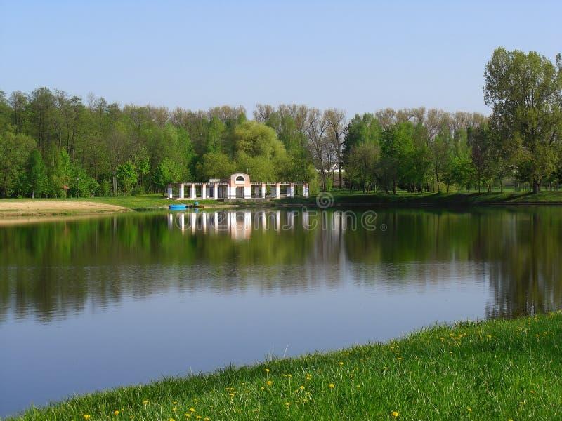 Τοπίο με μια λίμνη σε Nesvizh στοκ εικόνα με δικαίωμα ελεύθερης χρήσης